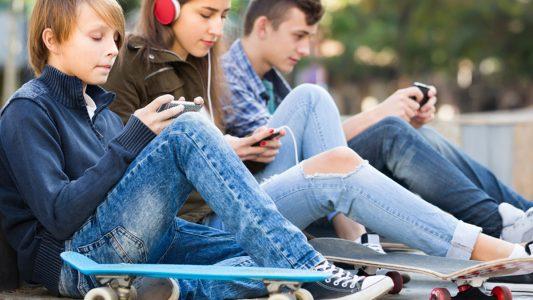 Adolescenti: tanti amici, ma più soli