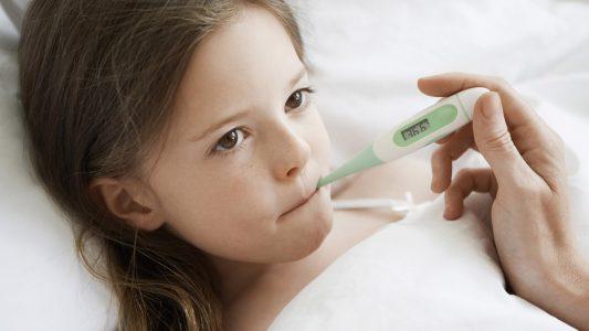 Febbre o mal di gola: lo mando a scuola oppure no?