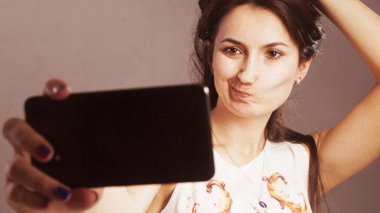 Selfie-mania: chi sono le persone davvero più a rischio?