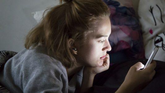 Chat e sms: carenza di sonno per un ragazzo su cinque