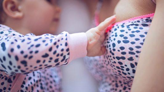 Allattamento al seno: anche quando è prolungato protegge la mamma