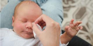 Congiuntivite nel neonato: come si cura?