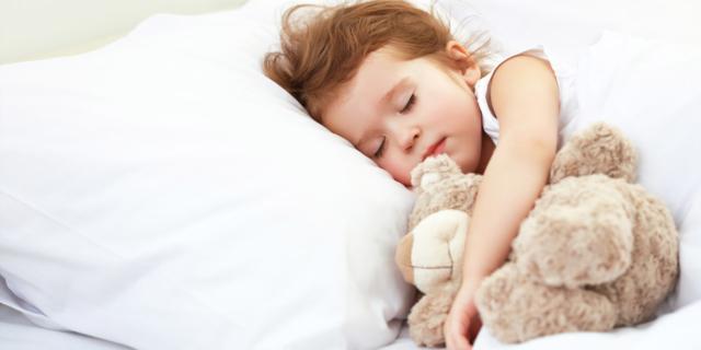 Dormire con l'orsetto aiuta i bimbi a leggere