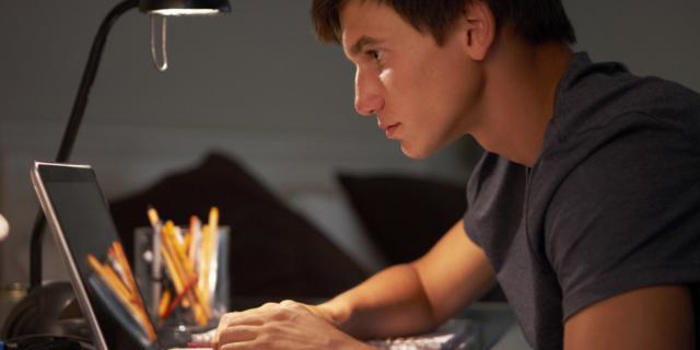 Adolescenti: sempre più connessi con… la solitudine
