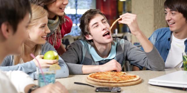 Pericolo obesità se si mangia fuori spesso… e male