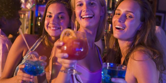 Abbuffate di alcol negli adolescenti: 5 consigli per i genitori