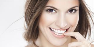 Denti bianchi, il sogno (costoso) di molti italiani