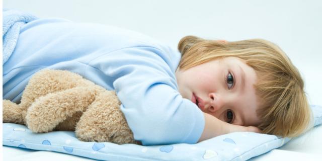 Dorme poco: colpa di mamma e papà?