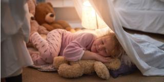 Sonno dei bambini: orari fissi e poca luce