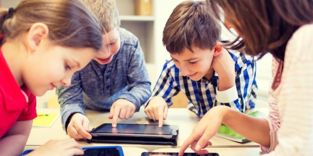 Mal di schiena nei bambini per colpa di tablet, consolle e zaini pesanti
