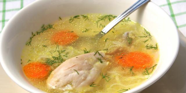 Brodo di pollo: medicina naturale contro l'influenza