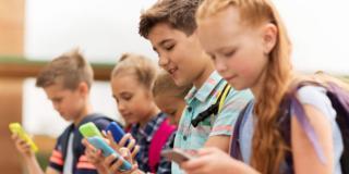 Dipendenza da smartphone: i ragazzi controllano il telefonino 75 volte al giorno