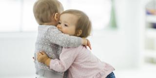 Abbracci: c'è un lato migliore