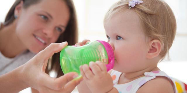 Acqua al neonato: qual è il momento giusto?