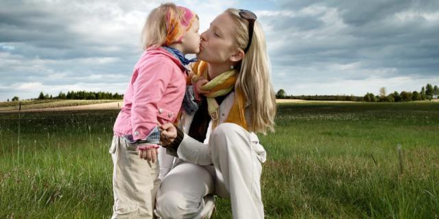 Baci sulla bocca ai bimbi possono favorire la carie ai denti