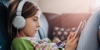 Volume in cuffia troppo alto: udito dei giovani a rischio
