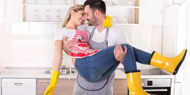 Intimità di coppia migliora se i lavori di casa sono condivisi