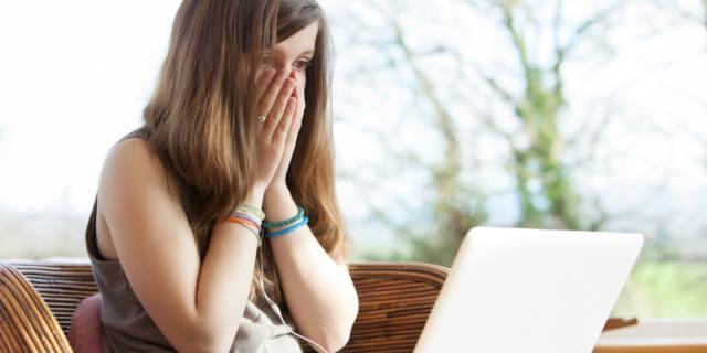 Cyberbullismo aumenta il rischio di autolesionismo