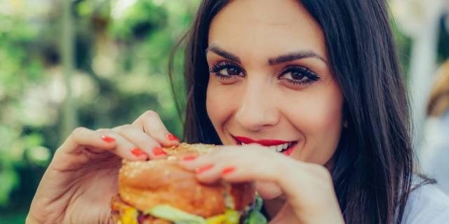 Fast food aumenta il rischio di infertilità femminile