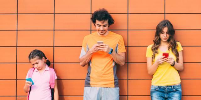 Occhio alla postura da smartphone: rende gobbi!