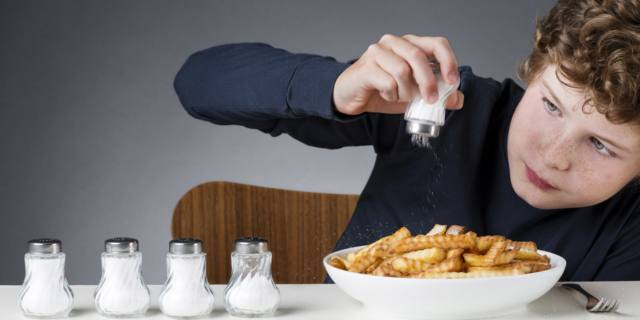 Sale da cucina: il 90% degli italiani ne usa troppo. Pericoli per i bambini
