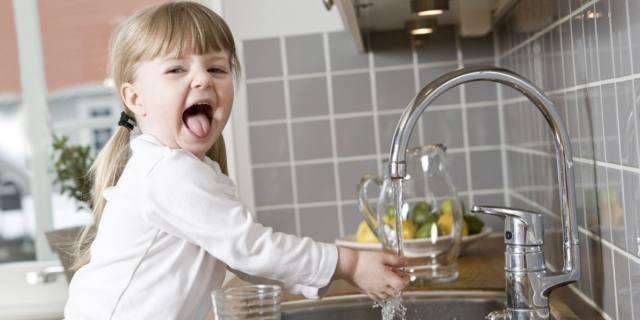 Carie nei bimbi: il fluoro nell'acqua potabile riduce il rischio