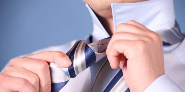 Cravatta: rischi se è troppo stretta