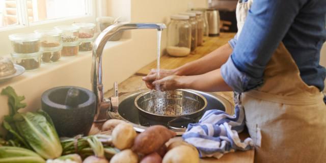 Mani sporche in cucina? Superfici e cibi sono a rischio di contaminazione