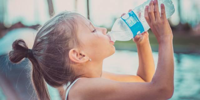 Idratazione nei bambini: i rischi se manca l'acqua
