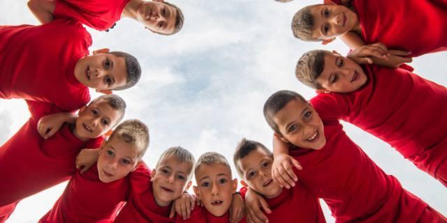 Amicizia tra adolescenti: i ragazzi fanno più squadra e sono più fedeli