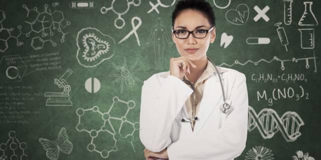 Medico in classe per insegnare la prevenzione