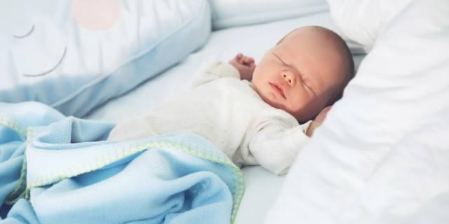 Risvegli notturni dei bambini: quando piangono è meglio calmarli