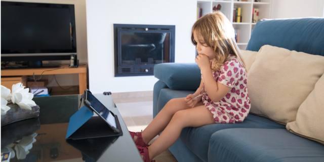 Bambini davanti a uno schermo: a rischio lo sviluppo cognitivo