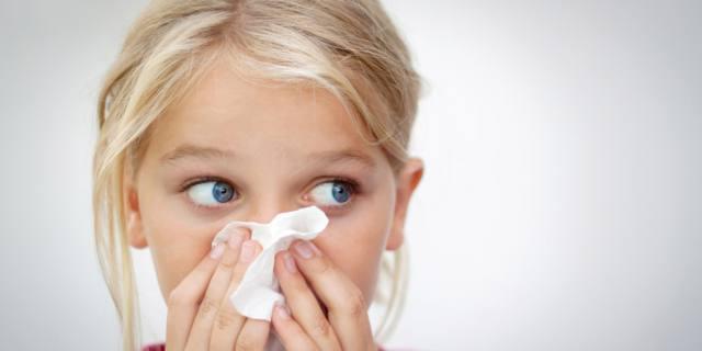 Raffreddore nei bambini: la metà dei genitori (americani) lo cura con vitamine e integratori