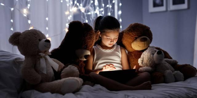 Sonno dei bambini: niente tv e tablet al buio prima di dormire
