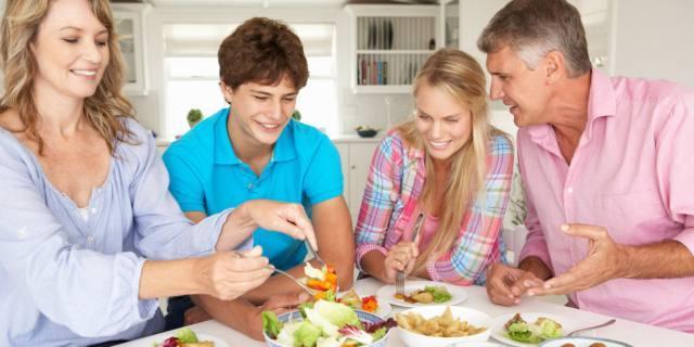 Abitudini alimentari più sane per i figli che mangiano a casa