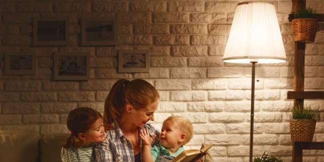 Fiabe ai bambini: meglio i libri di carta