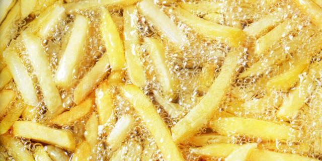 No all'olio fritto riutilizzato: può favorire il tumore al seno