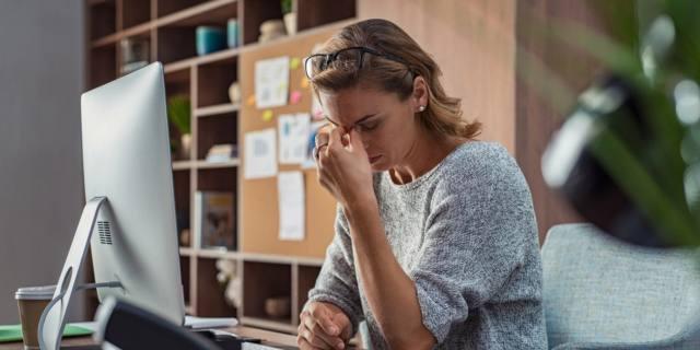 Seduti più di 6 ore al giorno: salute a rischio