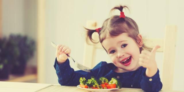 Vuoi che tuo figlio mangi cibi sani? Spiegagli perché fanno bene
