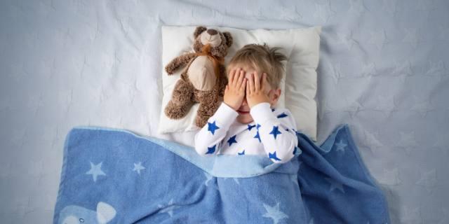 Il bimbo fa la pipì a letto? Ecco come aiutarlo