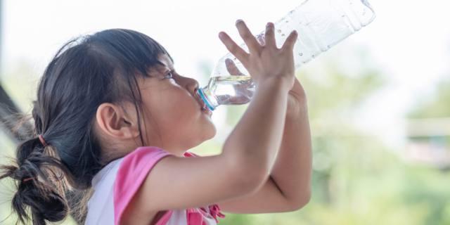 I bambini bevono poca acqua: come farli bere di più?
