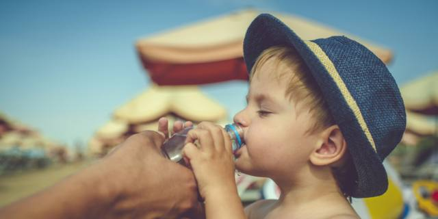 Caldo e bambini: come difenderli dai rischi