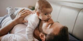 L'odore della neomamma lega il papà al bebè