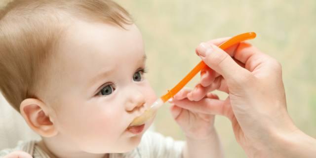 Alimenti per neonati sotto accusa: ci sono troppi zuccheri