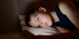 Stili di vita dei bambini bocciati: dormono male, mangiano junk food e passano troppo tempo davanti agli schermi