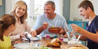 Mangiare in famiglia migliora l'autostima degli adolescenti