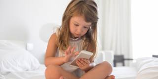 Smartphone e tablet: attenzione agli occhi dei bambini