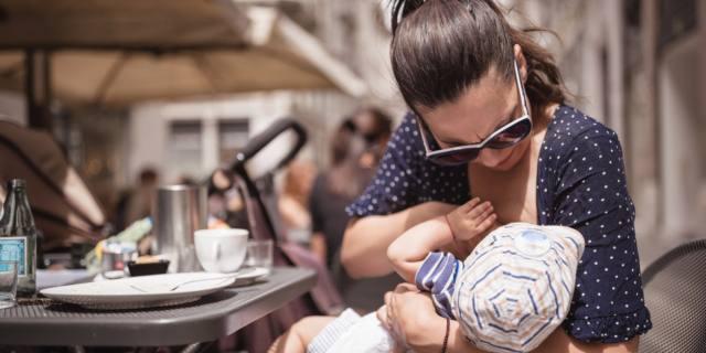 L'allattamento al seno: per mamme e bebè non devono esserci zone off limits