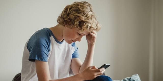 Smartphone, usarlo cinque o più ore al giorno aumenta il rischio obesità